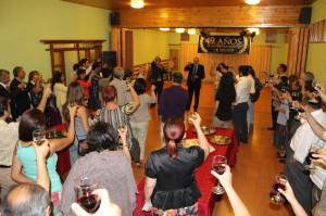 En la foto los voluntarios de Nueva Acrópolis brindando por su cumpleaños número 49