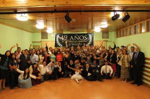 La familia acropolitana en una de las sedes chilenas posando para la foto del recuerdo.