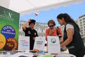 Stand de Nueva Acrópolis en la Feria del Voluntariado frente a la casa de gobierno en Santiago de Chile