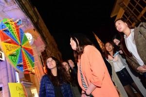 Visitantes de la Noche Azul se inspiran en la Rueda de Virtudes