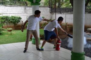Participantes aprendiendo a usar el extintor