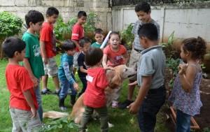 Niños aprendiendo a jugar con Rufo