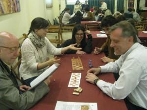 """Voluntarios explicando el juego egipcio """"Senet""""."""