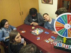 """Jóvenes participando del """"Trivial Filosófico"""" y la rueda de las Virtudes."""