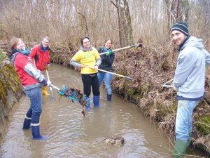 Munich Volunteers cleaning river