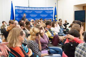 Un centenar de visitantes en la presentación del libro sobre teatro de J. A. Livraga (Dnipro, Ucrania)