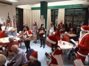 """Navidad con los abuelos de la residencia """"Al parco"""" (Verona, Italia)"""