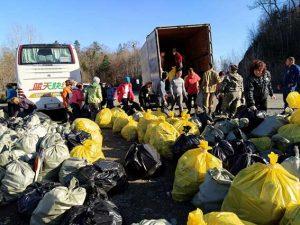 Campaña medioambiental en el paso de montaña del lejano oriente ruso (Vladivostok, Rusia)